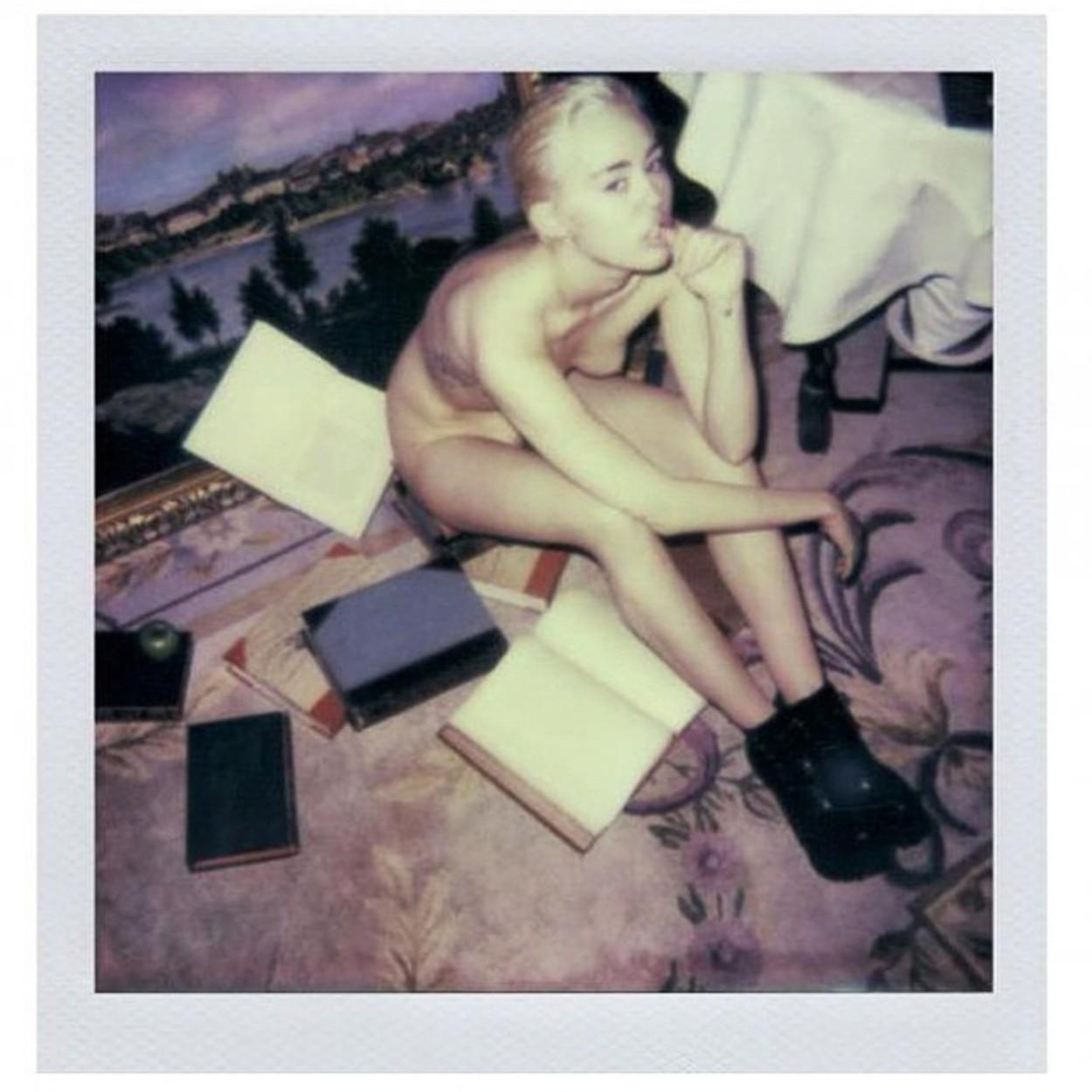 """Wieviel Miley muessen wir noch ertragen? Fuer das neue """"V magazines"""" entbloesst sich Miley Cyrus ganz schamlos, aber leider auch ueberhaupt nicht aesthetisch. Dieser Anblick weckt bei uns nur Grauen. Gebt ihr was zum essen...und anziehen. // How much Mile"""
