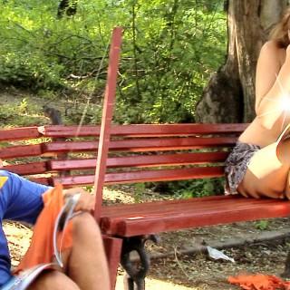 Manekenka si je grdo privoščila nič hudega sluteče fante v parku (video)