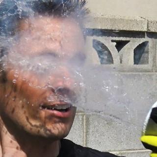 Kaj se zgodi, če si tekoči dušik zlijemo po obrazu? Nek moški je to pokusil in se posnel …
