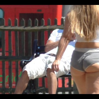 Velika zadnjica v vročih hlačkah je poskrbela za razburjenje na ulici (video)