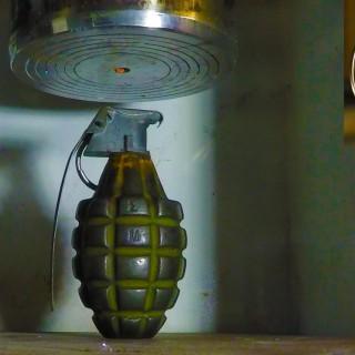 Kaj se zgodi, če položimo ročno granato pod hidravlično stiskalnico